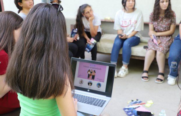Խիստ աղջկական (հարցա)զրույց
